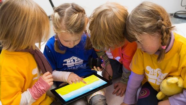 Djeca koja igraju igricu na tabletu